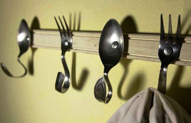 Оригинальная вешалка из столовых приборов привлечет внимание гостей и будет радовать хозяев каждый день