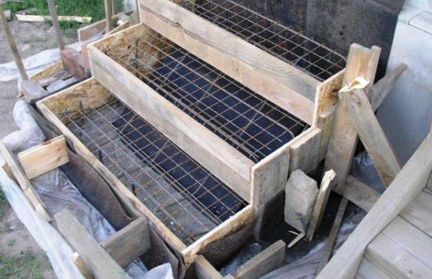 Перед заливкой непосредственно бетона, устанавливаем опалубку из досок и арматуры