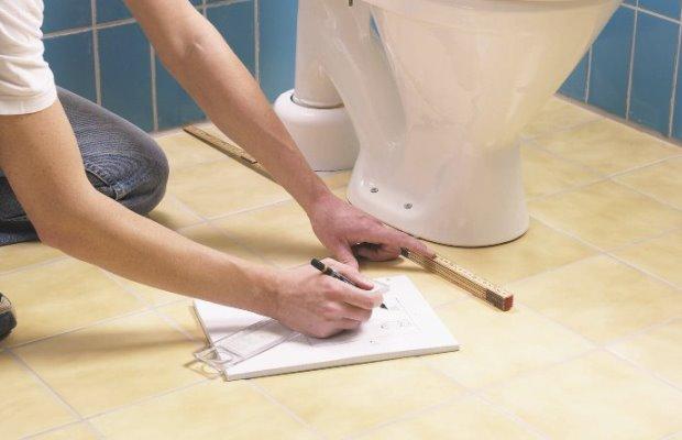 Перед сверлением отверстий в полу необходимо поставить унитаз по месту и сделать отметины под сверление