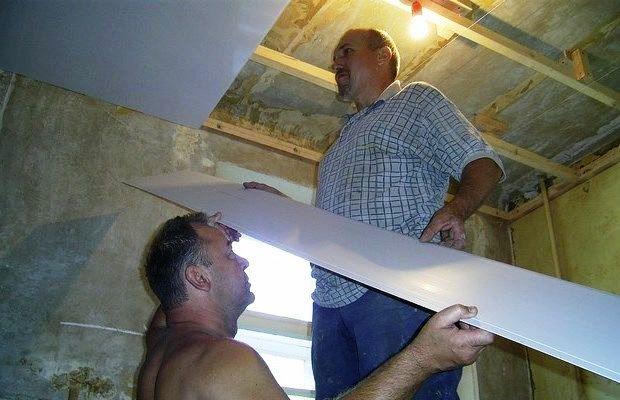 Потолок из ПВХ панелей будет отлично смотреться на кухне, в ванной или на балконе