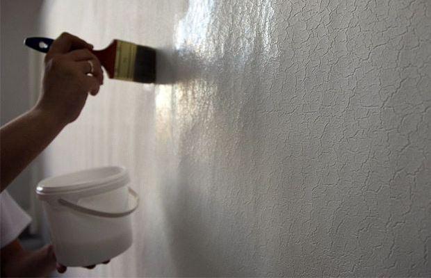 При грунтовании старайтесь не пропускать участки стены