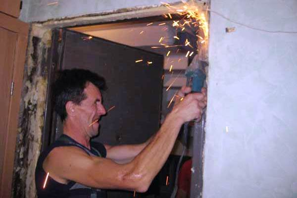 При демонтаже входной двери в ход идут все средства, будь то болгарка, лом или перфоратор