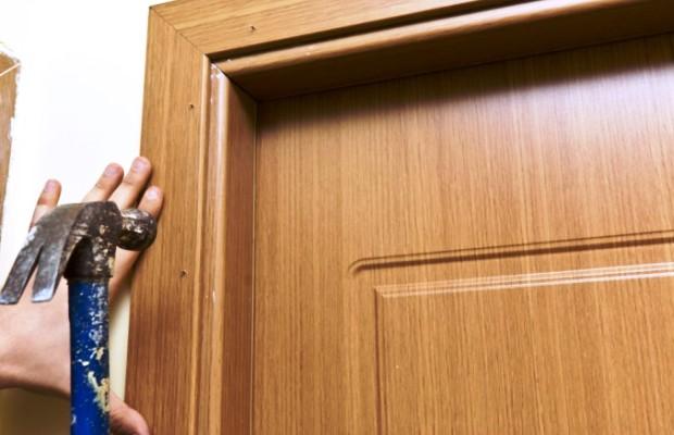 При монтаже дверных наличников необходимо максимально скрыть крепежные элементы