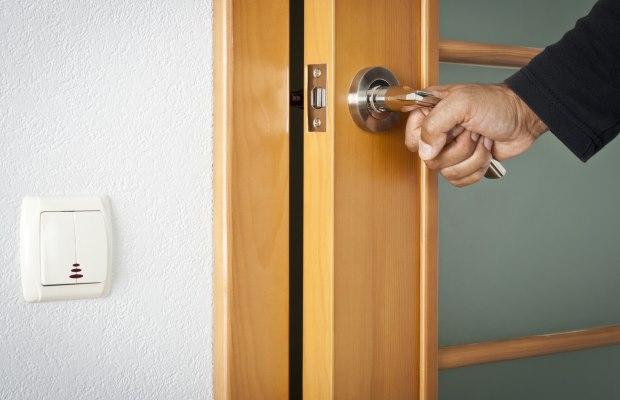 Проверку качества межкомнатных дверей сейчас можно произвести прямо в шоу-руме продавца