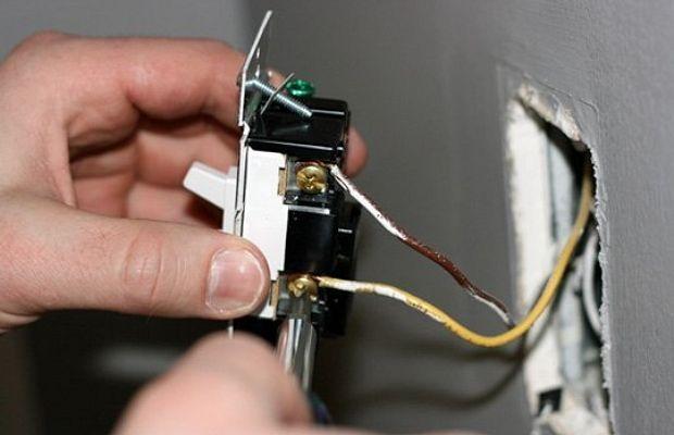 Производите самостоятельную замену выключателей без использования средств защиты, только если уверены в своих действиях!