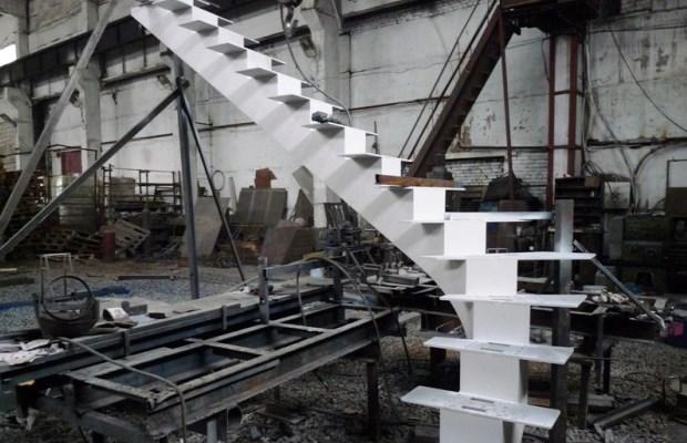 Процесс сборки лестницы из готовых деталей напоминает по принципу детский конструктор