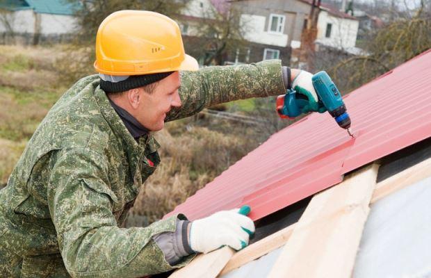 Работа с профлистом хотя бы в хозяйственных перчатках убережет от массы неприятностей