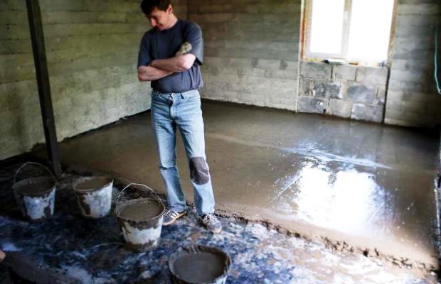Раствор готов, стяжки выставлены, теперь дело за малым, как говорится, просто добавить цемент.