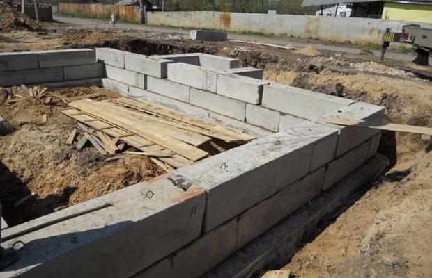 Сборный ленточный фундамент представляет собой конструкцию из отдельных блоков