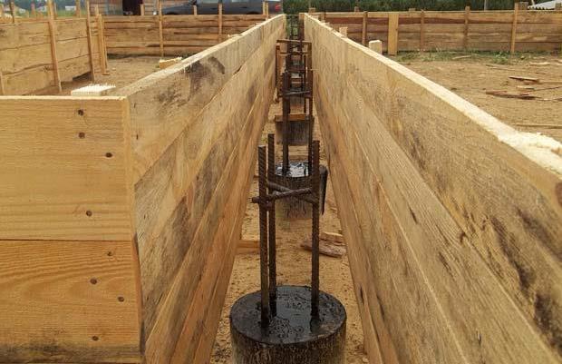 Строительство ленточного фундамента на сваях