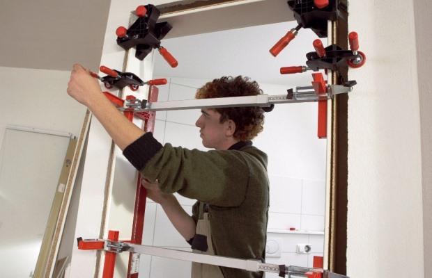 Струбцина — инструмент первой необходимости для монтажа межкомнатных дверей