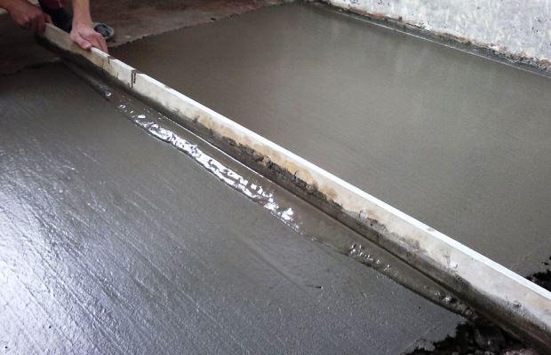 У классической цементной стяжки есть один большой недостаток - долгое время затвердевания раствора
