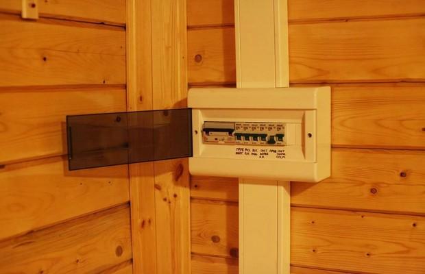 Электрический щит в деревянном доме