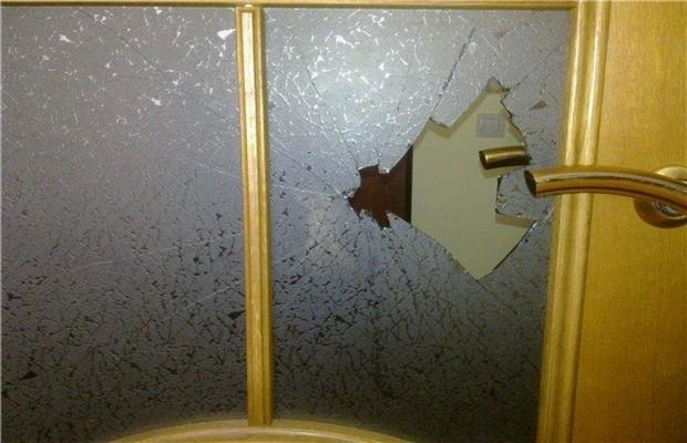 Замена треснувшего стекла двери