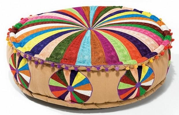 Мягкий пуфик из разноцветных лоскутков ткани