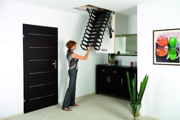 Лестница-гармошка проста и легка в эксплуатации