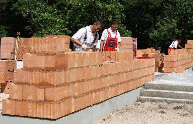 При строительстве дома из шлакоблоков кладется камень со смещением на полблока