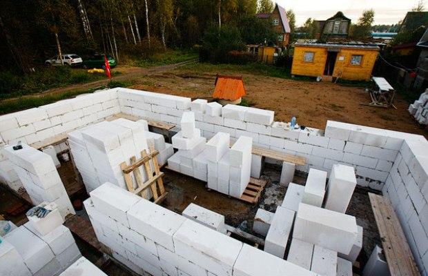 При расчете количества необходимого камня следует вычесть площадь дверных и оконных проемов