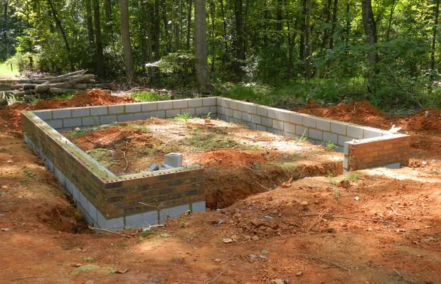 Фундамент правильной высоты предохраняет жилище из шлакоблоков от влаги