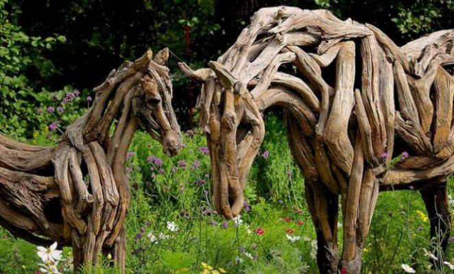 Толстое дерево идеально подходит на роль опорного каркаса лошади