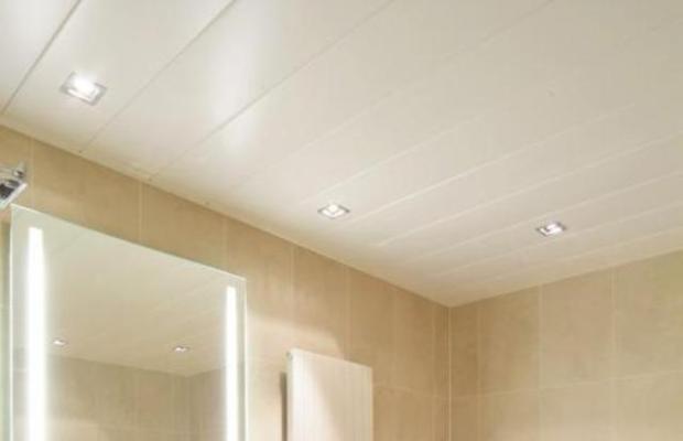 Белые пластиковые потолки наиболее универсальны