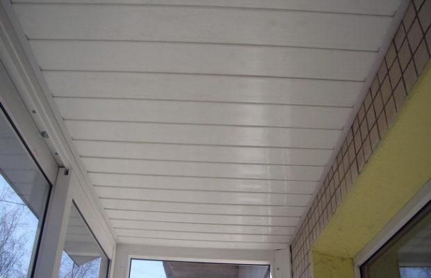 Пластиковые потолки идеально подходят для неотапливаемых лоджий