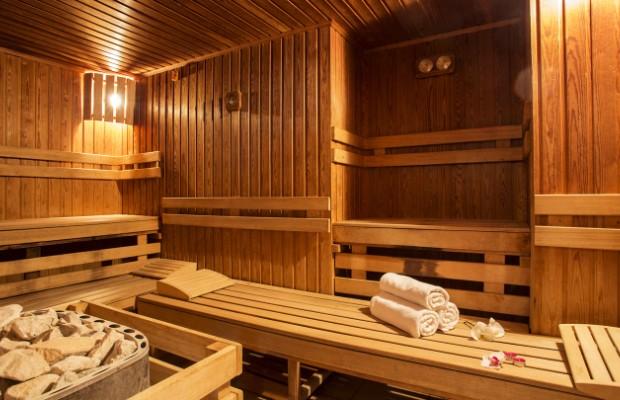 Полки для лежания можно расположить по периметру бани