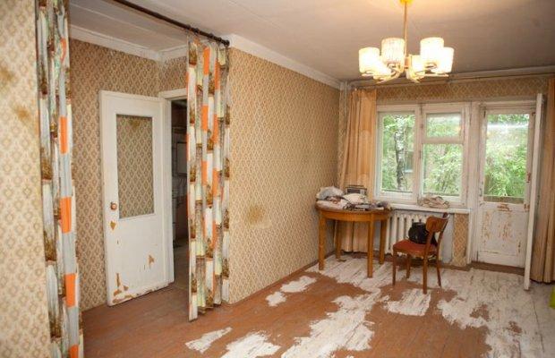 К недостаткам хрущевок относятся скрипящие деревянные полы и маленькие комнаты
