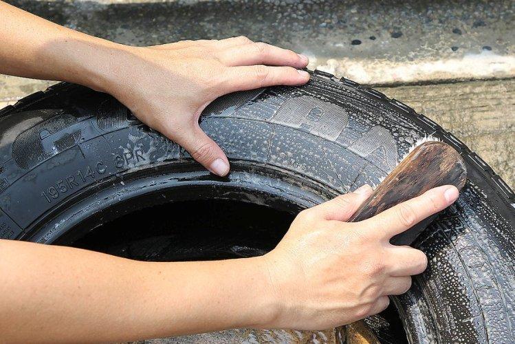 Очищаем резину от загрязнений