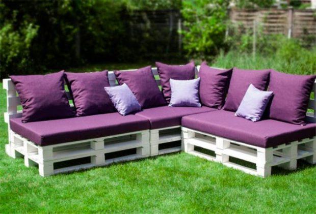 Из поддонов можно сделать угловой диван