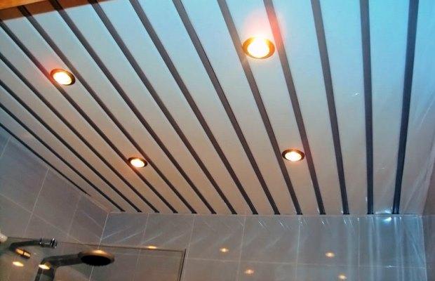 Реечные потолки придают помещению крайне привлекательный вид, за счет этого часто выбираются в качестве решения для отделки потолка в ванной комнате