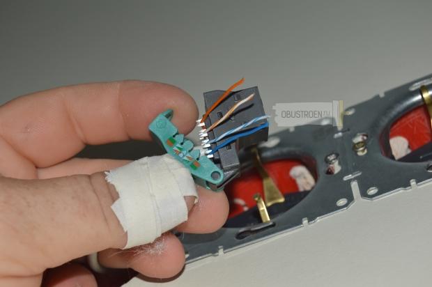 Закладываем провода в клеммник по цветам