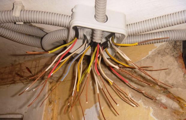 Обычно перед составлением схемы принимается решение о том, где будет тянуться силовая линия - под стяжкой или под потолком