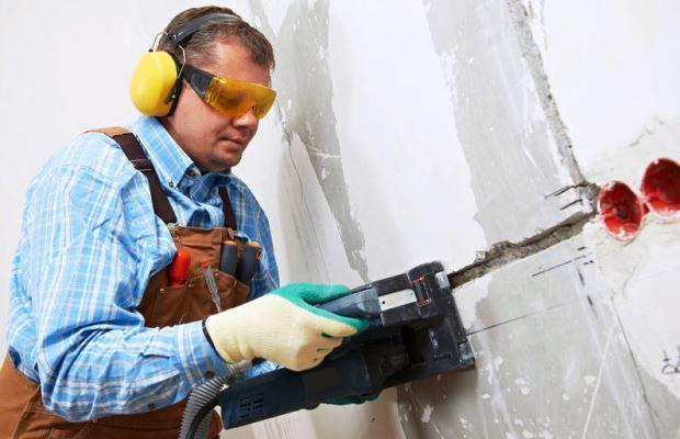 Штробление стен под электропроводку лучше всего делать на ранних этапах - работа пыльная
