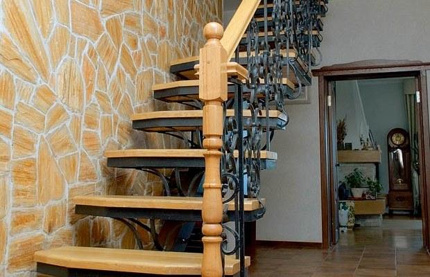 Популярных конструкций лестниц на второй этаж две: с маршами и винтообразные изделия