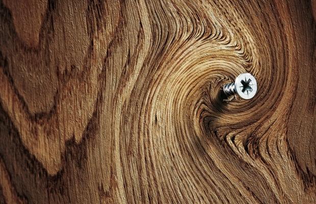 Ключевое отличие саморезов, предназначенных для крепления деревянных изделий, – широкий шаг резьбы