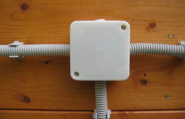 Розетки, распределительные короба и выключатели навешиваются непосредственно на стену при открытой проводке, и делать для них отверстия не нужно