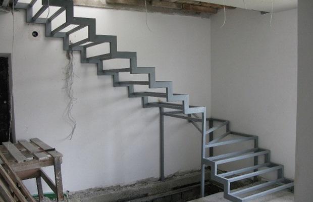 Для изготовления такой лестницы всего то и понадобится материалов, что несколько косоуров и ступеньки из профильной трубы