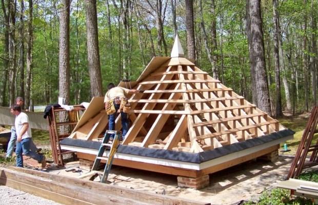 Четырехскатная крыша - это оптимальный вариант для мест с повышенной влажностью и сильными ветрами