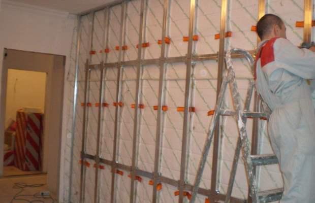 Этап, предваряющий непосредственно монтаж панелей, это подготовка отделываемых поверхностей и монтаж обрешетки
