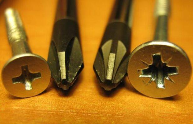 Крестообразные шлицы в шляпках саморезов для дерева позволяют использовать соответствующие биты шуруповерта или подходящую ручную отвертку для крепления метизов