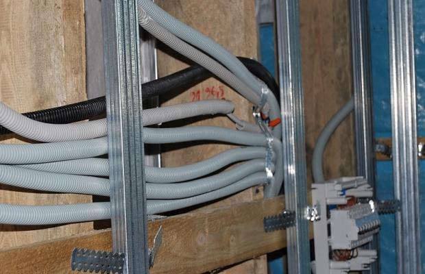 Использование гофротрубы для прокладки электропроводки - это надежный способ предохранить провода от повреждений и дополнительное удобство при прокладке