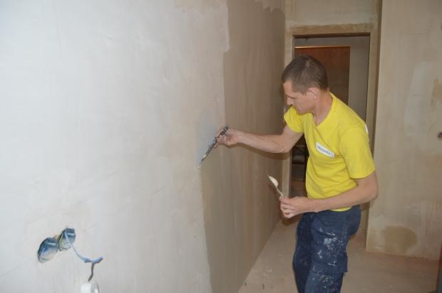Шпаклевка стен под обои своими руками – пошаговое руководство от мастеров