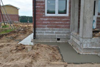 Не стоит выкидывать застывший, окаменевший и просроченный цемент: варианты использования
